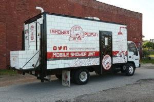 camion-doccia-per-senza-tetto